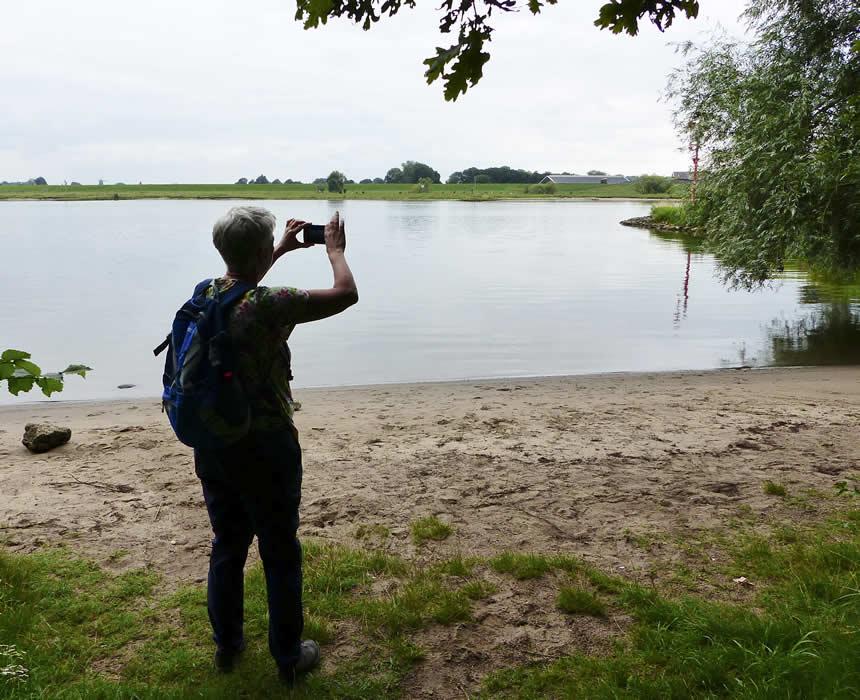 20071702-Rita-fotografeert-een-schilderachtig-rivierstrandje